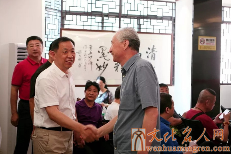 王维星院长(右)与陈亚凯书记(左)亲切握手